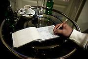 An indipendent worker fills in a green receipt (recibo verde)