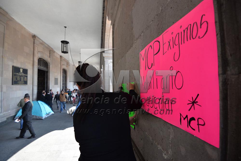 TOLUCA, México.- (Febrero 06, 2018).- Maestros de escuelas de 20 municipios mexiquenses se manifestaron en Palacio de Gobierno para demandar atención a escuelas que fueron dañadas total o parcialmente por el sismo del 19 de septiembre del 2017, aseguran que hasta la fecha no han recibido ninguna atención por parte de la autoridad estatal. Agencia MVT / Crisanta Espinosa.