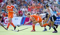 MONCHENGLADBACH - Sarah Jaspers aan de bal. Jong Oranje dames wint zondag in Monchengladbach de wereldtitel door de finale van het het WK-21 van  Argentinie te winnen. Het Nederlands hockeyteam wint na 1-1 de shout-outs. Foto Koen Suyk
