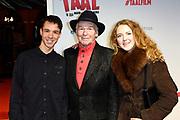Premiere Taal is zeg maar echt mijn ding in Pathe Tushinski, Amsterdam.<br /> <br /> Op de foto:  Peter Faber met zoon Sam en dochter Danja