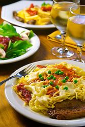 Prato de espaguete com salada verde e vinho branco. FOTO: Jefferson Bernardes/Preview.com
