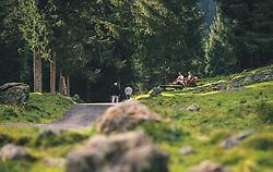 THEMENBILD - Spaziergänger gehen bei schönem Herbstwetter auf einem schmalen Weg, Jugendliche sitzen auf einer Holzbank, aufgenommen am 13. Oktober 2019 in Saalbach Hinterglemm, Oesterreich // Walkers walk on a narrow path in fine autumn weather, young people sit on a wooden bench, in Saalbach Hinterglemm in Austria on 2019/10/13. EXPA Pictures © 2019, PhotoCredit: EXPA/Stefanie Oberhauser