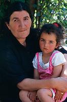 Arménie, région de Kotaik, Garni, portrait d'une femme et de sa fille. // Armenia, Kotaik province, Garni, armenian woman and daughter.