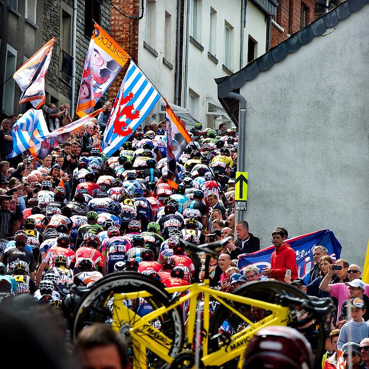 Belgie, Cote Saint Roch, 26-04-2015.<br /> Wielrennen, Elite, Mannen.<br /> Luik-Bastenaken-Luik / Liege-Bastogne-Liege.<br /> Het hele peleon wringt zich de Cote Saint Roch op, de eerste beklimming van LBL.<br /> Foto : Klaas Jan van der Weij