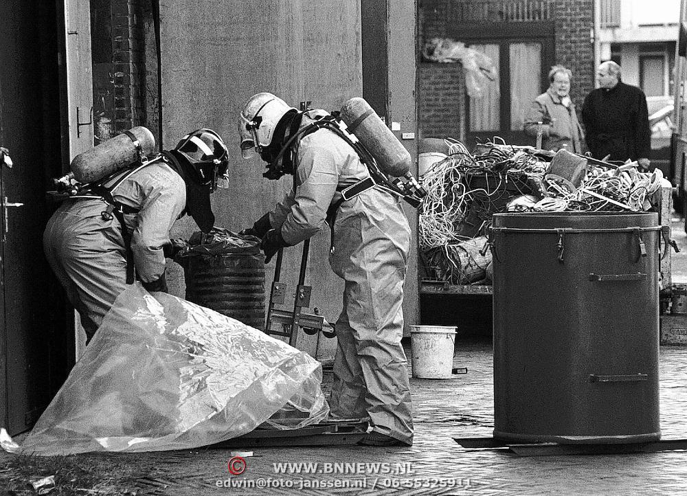 Vat met Carbid gevonden in de van Oeverenstraat in Bussum, opruimwerkzaamheden brandweer, gevaarlijke stoffen, gaspakken