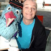NLD/Hilversum/20070305 - Fotoshoot poppen de Fabeltjeskrant Musical, Arie Cupe met pop Gerrit de Postbode