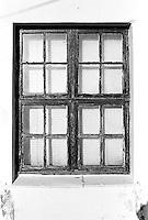 Et gammelt vindu som har sett mye i Ålesunds gater.<br /> Foto: Svein Ove Ekornesvåg