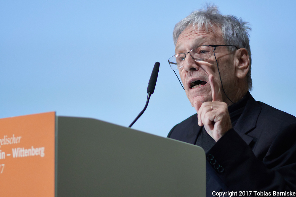 At the Deutsche Evangelische Kirchentag, the Israeli writer Amos Oz was awarded with the Abraham Geiger Prize 2017. Amos Oz at the speakers desk, delivering his words of thanks.