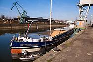 Europa, Deutschland, Koeln, Frachtschiff im Deutzer Hafen wird mit Getreide beladen.<br /><br />Europe, Germany, Cologne, cargo ship is loaded with grain in the Rhine harbor in the district Deutz.