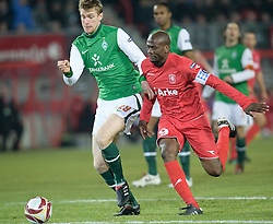 18.02.2010, Stadion De Grolsch Veste, Enschede, NED, UEFA EL, FC Twente Enschede vs Werder Bremen, im Bild Per Mertesacker ( Werder  #29 ) gegen Blaise Nkufo ( Twente #09  ), EXPA Pictures © 2010 for Austria only, Photographer EXPA / NPH / Kokenge / for Slovenia SPORTIDA PHOTO AGENCY.