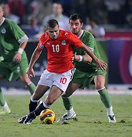 Fotball<br /> Algerie<br /> 14.11.2009<br /> Egypt v Algerie<br /> Foto: imago/Digitalsport<br /> NORWAY ONLY<br /> <br /> Ägypten (rot) - Algerien (grün) EMAD METEAB (li, EGY) gegen Antar YAHIA (ALG)