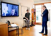 Koning Willem Alexander tijdens een werkbezoek  aan basisschool De Fontein in Wateringse Veld in Den Haag. Het bezoek vond plaats in het kader van de uitbraak van het coronavirus (COVID-19) en richtte zich op de gevolgen in het basisonderwijs.<br /> <br /> King Willem Alexander during a working visit to primary school De Fontein in Wateringse Veld in The Hague. The visit took place in the context of the coronavirus outbreak (COVID-19) and focused on the consequences in primary education.