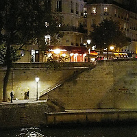 Ce soir-là, je marchais au bord de la Seine, après avoir assisté à un beau concert sur une péniche. Et je vois ces personnes, apparemment en train de faire une séance photo. Loin de l'agitation de la ville, qui était pourtant si proche. Un petit moment magique, après la musique, pour adoucir mon retour à la réalité.<br /> <br /> That evening, I was walking along river Seine, after a beautiful concert on a boat. When I saw these two people, seemingly doing a photoshoot. Far from the noise of the city, even though it was so close. A little bit of magic, after a bit of music, to quiet my way back to reality.