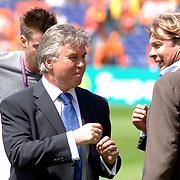 NLD/Rotterdam/20060604 - Vriendschappelijke wedstrijd Nederland - Australie, Guus Hiddink in gesprek met Hans Kraaij Jr.
