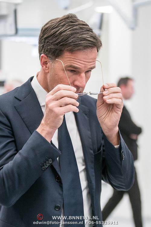 NLD/Amsterdam/20190206- Bezoek Mark Rutte aan het Skills Centre (AMC), Mark Rutte maakt zijn bril schoon