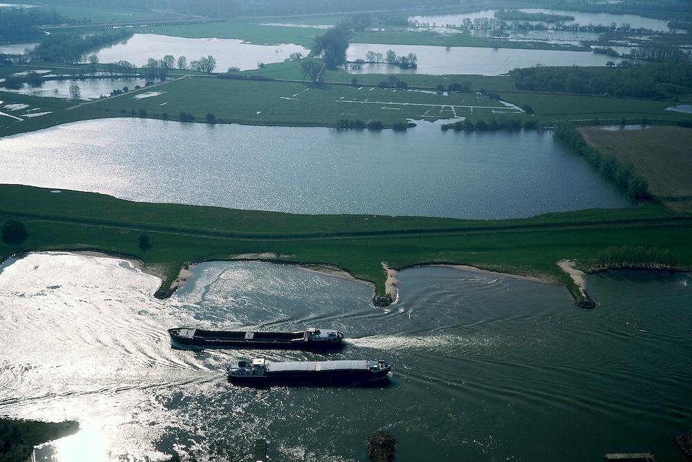 Nederland, Gelderland, Neder -Rijn, 04-04-2002;  twee binnenvaart schepen passeren elkaar op de rivier, net ten Zuiden van Arnhem, achter de rivier de plassen van de  Meinerswijk, ooit meander van de rivier, nu is het gebied een overlaat (overloop) ingeval hoog water; rivierengebied, delta, strekdam, waterbeheer, waterstand. Scheepvaart.<br /> luchtfoto (toeslag), aerial photo (additional fee)<br /> photo/foto Siebe Swart