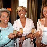 NLD/Amsterdam/20070410 - Boekpresentatie Caroline Tensen, Caroline met haar moeder en zus Geertje Brocades - Zaalberg