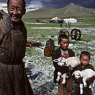 Mongolia. monastery Karakorum  Erden Zuu      /  Deux stupas d'angle de la muraille de ERDENI ZUU QARAQORIN (XVIèmesiècle). Les stupas ou suburgan sont des sortes de sépulture pour la conservation des reliques de  - Saints Lamas -  ou prêtres de distinction, qui ont été ou bien incinérés ou bien momifiés par le sel et le mercure, selon une technique complexe. Le corps du défunt était ensuite ceint de bandelettes sur lesquelles on appliquait un mélange de cendre et d'argile. Le tout était recouvert d'or ou d'argent. /  Erigés selon le style tibétain, ils sont composés en trois parties : un piédestal, un châsse et une flèche de treize anneaux qui symbolisent les treize cieux. Au sommet, couronnant le tout, l'emblème cosmique qui regroupe croissant de lune, soleil et flamme de la sagesse. A chaque angle de la muraille aux stupas encastrés du monastère de ERDENI ZUU, on peut ainsi trouver, l'un derrière l'autre, deux stupas isolés .Devant le premier, un monticule de pierres ou oboo témoigne d'une forme encore vivante de religion populaire d'essence chamanique, antérieure au lamaïsme. ( /  /29       P0002634