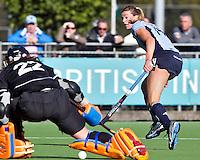 LAREN - Laren speelster Kim Lammers, die vier keer scoorde, passeert OZ-keeper Larissa Meijer, maar zou dit keer niet scoren, zondag tijdens de competietiewedstrijd tussen Laren en Oranje-Zwart (5-0). FOTO KOEN SUYK