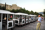 Griekenland, Athene, 5-7-2008Toeristentreintje rijdt vanaf de Akropolis langs bezienswaardige plekken in de oude stad.Foto: Flip Franssen
