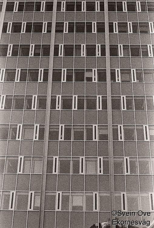 Refleksjoner i rådhuset i Ålesund etter at det fikk ny fasade.<br /> Foto: Svein Ove Ekornesvåg