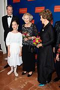 22ste editie van het Nederlands Balletgala van Stichting Dansersfonds '79 in het Nationale Opera & Ballet. Het in 1979 door Alexandra Radius en Han Ebbelaar opgerichte fonds viert dit jaar zijn veertigjarig jubileum. <br /> <br /> Op de foto:  Prinses Beatrix en prinses Margriet