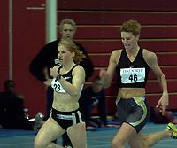 Friidrett, Hallmesterskapet i Stangehallen 2000, (NM innendørs)  Margit Katrine Strand, Tjalve (t.v.)  og Claire Phythian, Oppdal løp 200 meter. Strand ble mester. Foto: Digitalsport