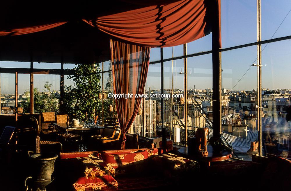France. Paris. 8th district  the cafe bar, the Golf club with a panoramic view on Paris     /cafe restaurant le Golf club avec vue panoramique sur Paris,