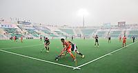 NEW DELHI -  Bob de Voogd aan de bal in een bijna leeg stadion tijdens de kwart finale van  de finaleronde van de Hockey World League tussen de mannen van Nederland en Duitsland . ANP KOEN SUYK