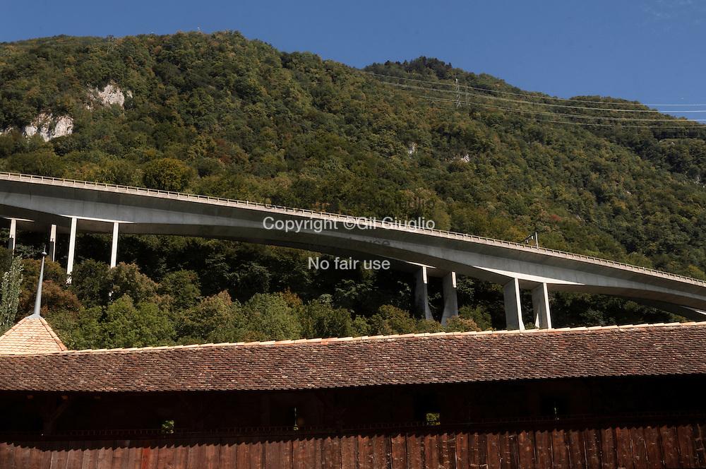 Suisse, Canton de Vaud, Région du Léman, autorute 9 (E27) vue depuis le château de Chillon // Switzerland, Canton of Vaud, region of Leman, motorway 9 (E27) from castle of Chillon