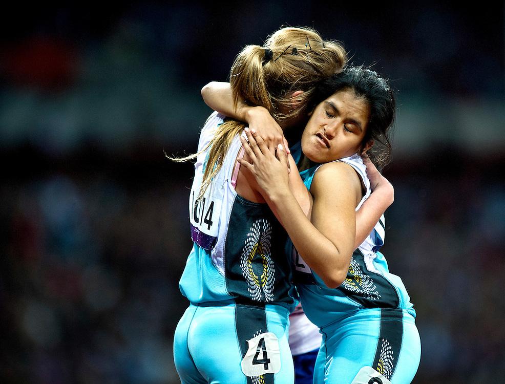 Groot-Brittannie, Londen, 01-09-2012.<br /> Paralympics.<br /> Atletiek, Vrouwen, 200 meter T36, Finale.<br /> Andrea Yanina Martinez ( rechts ) en Nadia Schaus, beiden uit Argentinie, zoeken na de finish troost bij elkaar omdat ze allebei gediskwalificeerd werden.<br /> Foto : Klaas Jan van der Weij