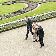 NLD/Apeldoorn/20190402 - Beatrix opent tentoonstelling The Garden of Earthly Worries , Prinses Beatrix en Daniel Libeskind en Michel van Maarseveen<br /> directeur Paleis Het Loo