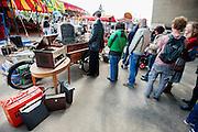 Mensen staan in rij voor een tot koffiekar omgebouwde bakfiets. In Nijmegen vindt voor de derde keer het International Cargo Bike Festival plaats. Het tweedaags evenement richt zich op het gebruik en de gebruikers van bakfietsen. Bakfietsen worden in heel Europa steeds vaker ingezet, zowel door particulieren als bedrijven. Het is een duurzame vorm van transport en biedt veel voordelen.<br /> <br /> In Nijmegen for the third time the International Cargo Bike Festival is hold. The two-day event focuses on the use and users of cargobikes. Cargo bikes are increasingly being deployed across Europe, both individuals and businesses. It is a sustainable form of transport and offers many advantages.Nederland, Nijmegen, 13-04-2014