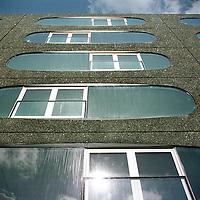Nederland. Amsterdam. 7 april 2003..Moderne architectuur in de Sarphatistraat. Gevel met ronde ramen.