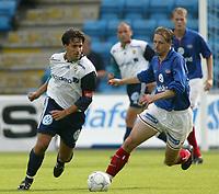 Fotball - Vålerenga - Stabæk 0-2 Ullevål stadion 21. juli 2002. Martin Andresen, Stabæk i duell med Ketil Rekdal, VIF.  <br /> <br /> Foto: Andreas Fadum, Digitalsport