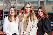 DEN HAAG, 27-04-2021, Paleis Noordeinde<br /> <br /> Vanaf het terrein van Paleis Noordeinde sluiten The Streamers Koningsdag feestelijk af. Op het binnenplein van het Koninklijk Staldepartement geven The Streamers het tweede concert van hun 'Holland Tour'. Foto: Brunopress/Patrick van Emst<br /> <br /> King Willem-Alexander, Queen Maxima with their daughters Princess Amalia, Princess Alexia and Princess Ariane during King's Day 2021<br /> <br /> Op de foto:  Prinses Amalia, Prinses Alexia en Prinses Ariane