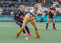 AMSTELVEEN - Noor Omrani (DenBosch) in duel met Hester van der Veld (Adam)   tijdens de halve finale wedstrijd dames EURO HOCKEY LEAGUE (EHL),  Amsterdam-HC Den Bosch. (1-1) Den Bosch wint shoot outs en plaats zich voor de finale.  COPYRIGHT  KOEN SUYK