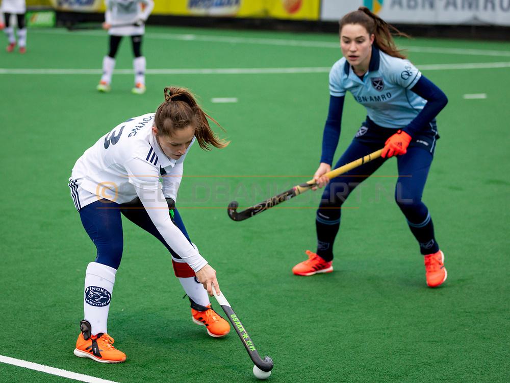 LAREN -  Hockey Hoofdklasse Dames: Laren v Pinoké, seizoen 2020-2021. Foto: Kelly Hoyng-Jonker (Pinoké, captain) en Sophie Schelfhout (Laren)