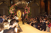 Yves St. Laurent. Yves St. Laurent couture show. Intercontinental. Paris. 11 July 2001. © Copyright Photograph by Dafydd Jones 66 Stockwell Park Rd. London SW9 0DA Tel 020 7733 0108 www.dafjones.com