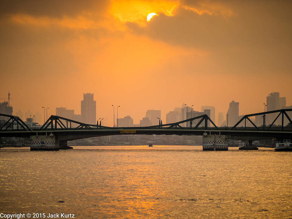 15 FEBRUARY 2015 - BANGKOK, THAILAND: Sunrise on the Chao Phraya River in Bangkok. This picture was made at the Santa Cruz pier in the Kudeejeen neighborhood.       PHOTO BY JACK KURTZ