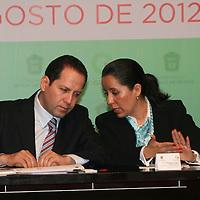 Toluca, México.- Eruviel Ávila Villegas, gobernador del Estado de México y María Dolores Franco, Coordinadora Nacional del Programa de las Naciones Unidas para los asentamientos humanos en México durante la firma de Convenio de Colaboración en Materia de Políticas Públicas entre el GEM y la Organización de las Naciones Unidas, ONU-HABITAT. Agencia MVT / José Hernández