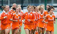 EINDHOVEN - Warming up, zaterdag bij de oefenwedstrijd tussen het Nederlands team van Jong Oranje Dames en dat van de Vernigde Staten. Volgende week gaat het WK-21 in Duitsland van start. FOTO KOEN SUYK