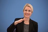 DEU, Deutschland, Germany, Berlin, 23.04.2015: Bundesfamilienministerin Manuela Schwesig (SPD) in der Bundespressekonferenz zum Thema Kinder und Jugendliche besser schützen - Zur Problematik von E-Zigaretten und E-Shishas.