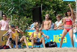 18-06-2006 VOLLEYBAL: CITY BEACH TOUR: GOUDA<br /> De finales van de City Beach! Tour stond dit weekend op de markt van Gouda / beach item - danseres cheerleaders en Emiel Boersma en Jochem de Gruijter<br /> ©2006-WWW.FOTOHOOGENDOORN.NL