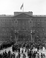 The crowded scene at the gates of Buckingham Palace as King George VI and Queen Elizabeth, with the Duke of Edinburgh, Princess Elizabeth, Duke and Duchess of Gloucester, Princess Margaret and Queen Mary.