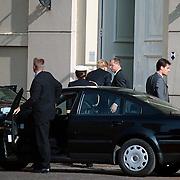 Willem Alexander arriveert bij zijn woning paleis Noordeinde