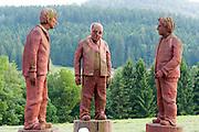 Skulpturen am Straßenrand in Bodenmais, Bayerischer Wald, Bayern, Deutschland | sculpture in Bodenmais, Bavarian Forest, Bavaria, Germany