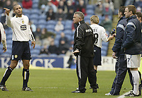 Fotball<br /> England 2004/2005<br /> Foto: SBI/Digitalsport<br /> NORWAY ONLY<br /> <br /> Burnley v Leeds United<br /> Coca-Cola Championship.<br /> 05/02/2005.<br /> Leeds Clarke Carlisle argues with Burnley manager Steve Cotterill after Frank Sinclair's sending off