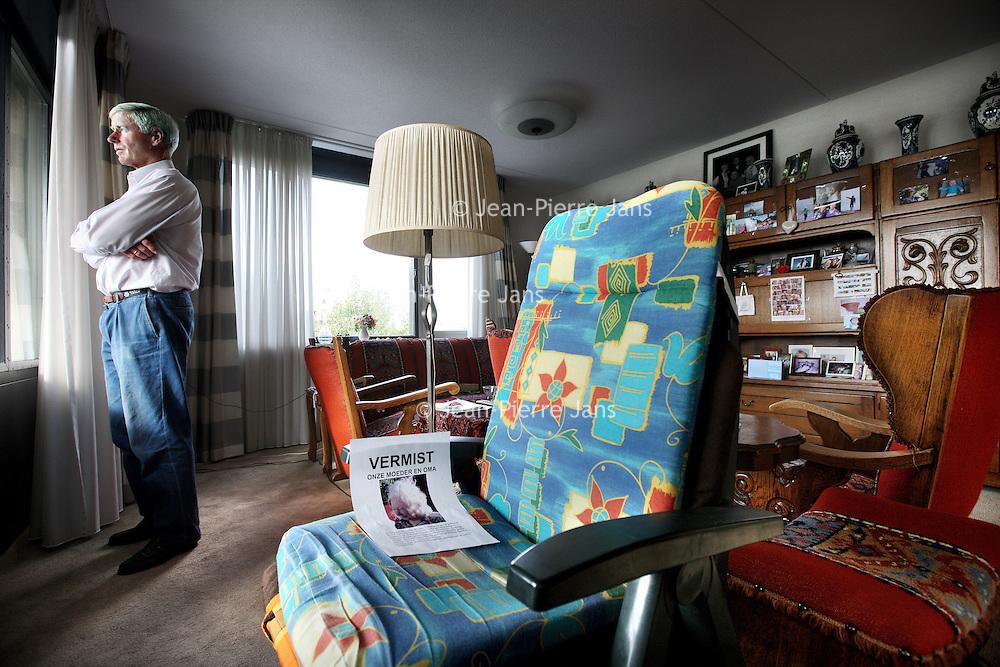 Nederland, Amstelveen , 29 augustus 2011..Hans Splinter de zoon van de vermiste dementerende Johanna Splinter in de woonkamer van haar aanleunwoning  aan de Keizer Karelweg..Midden in de woning staat een tuinstoel gericht naar haar balkon..Foto:Jean-Pierre Jans