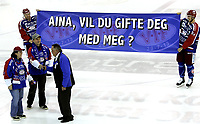 Ishockey<br /> GET-Ligaen<br /> 30.10.08<br /> Jordal Amfi<br /> Vålerenga VIF - Storhamar Dragons<br /> Denn mannen fridde før kampen med VIF-spillerne Lars Erik Lund og Regan Kelly s hjelp - og fikk såklart ja<br /> Foto - Kasper Wikestad
